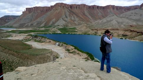 Utsikt över en av de turkosblå travertinsjöarna i Afghanistans allra första nationalpark.