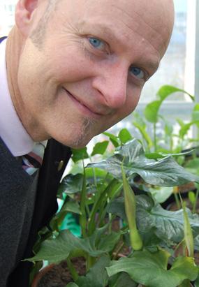 Bill Hansson, professor i kemisk ekologi, tillsammans med en Arum cyrenaicum som lockar till sig flugor genom att lukta som avföring. Foto: Marcus Hansson
