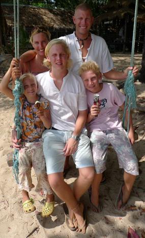 Familjen Fogelhamre på stranden på Koh Lanta under sin 10-månaders semester. Foto: Marcus Hansson