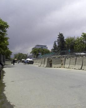 Höga murar mellan västerlänningar och Afghaner försvårar arbetet i Afghanistan.