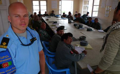 Mikael Hedin från Uppsalapolisen utbildar kolleger i Afghanistan.