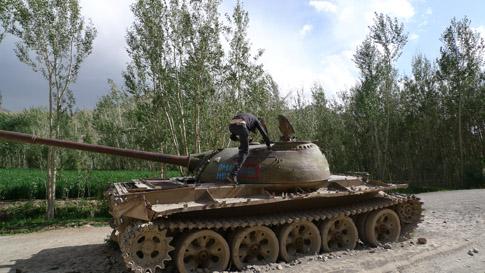 Rysk pansarvagn som står och rostar vid infarten till Bamiyandalen